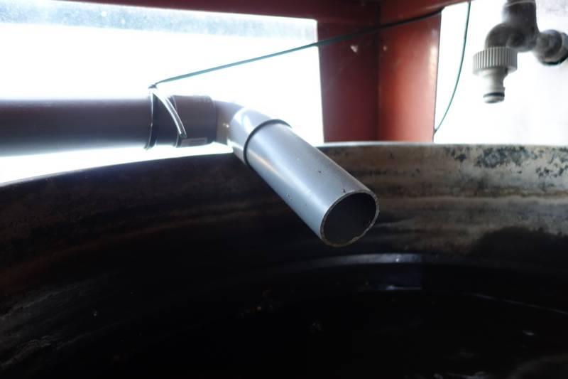 Arrivée de l'eau collectée dans la poubelle permettant de récupérer l'eau de pluie.
