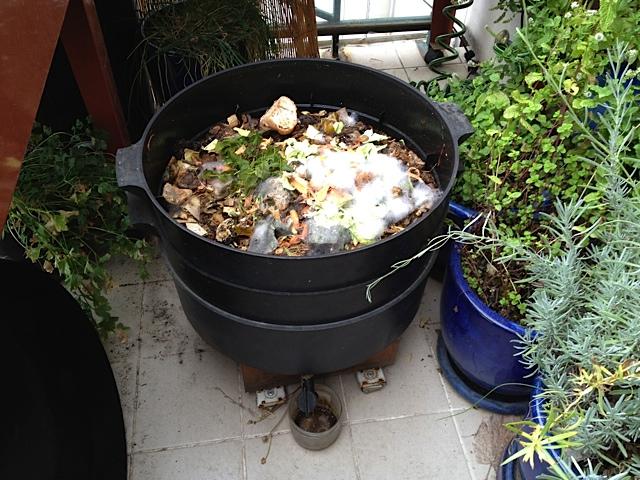 Lombricomposteur sans le couvercle supérieur, on vide les déchets organiques directement puis on replace le couvercle
