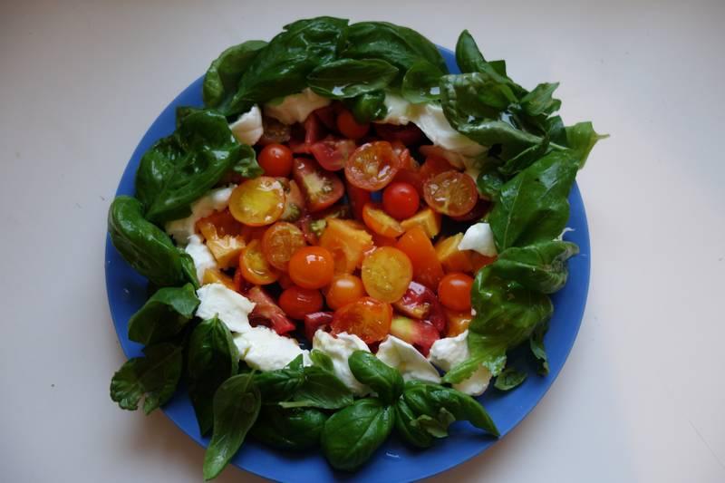 Salade de tomates et basilic (du balcon) avec de la mozzarella et de l'huile d'olive - délicieux !
