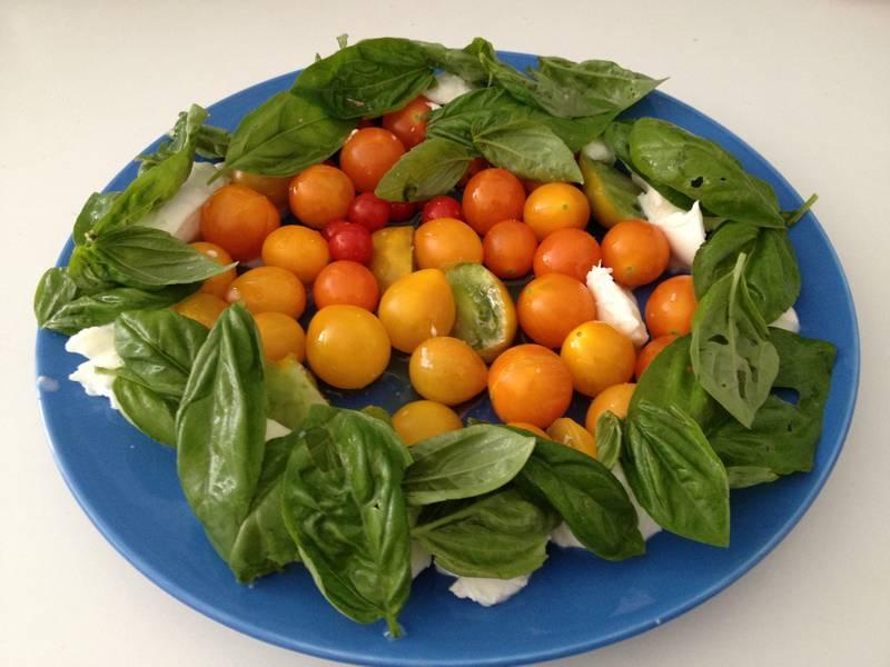 Tomates cerises du balcon (poire jaune, gold nugget et cerise rouge), avec du basilic grand vert du balcon et de la mozzarella