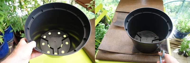 A gauche un pot en plastique avec les trous au fonds, à droite on découpe un morceau du feutre à placer au fonds du pot